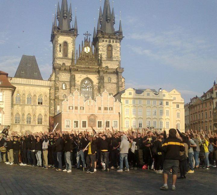 Hajlují? Někteří ano. Za policejní asistence, ve veřejném zájmu (fotbal) dokráčeli fanoušci na Letnou. Foto: Irena Válová