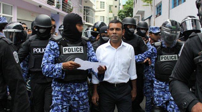 Někdejší maledivský prezident Nasheed cestou k soudu, stav krátce před pokusem o lynč. Foto: Haveeru.com